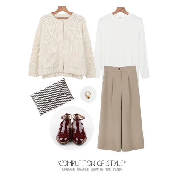 daily monday Ankle belt enamel loafer,daily monday Nice basic middle slacks,daily monday Daily natural basic tee등을 매치한 코디
