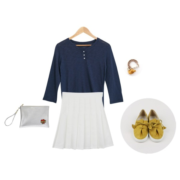 daily monday Spring pleats skirt,daily monday Wrinkle string suede shoes,Salon de byme DAY BUTTON T - SHIRTS ( 블랙, 블루 , 와인, 머스타드 )등을 매치한 코디