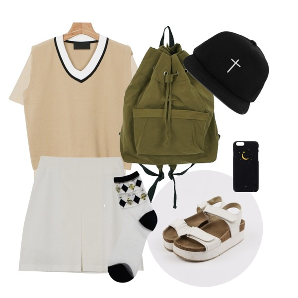 daily monday Color V-neck school vest,daily monday Merci cotton tee,daily monday Two velcro platform sandals등을 매치한 코디