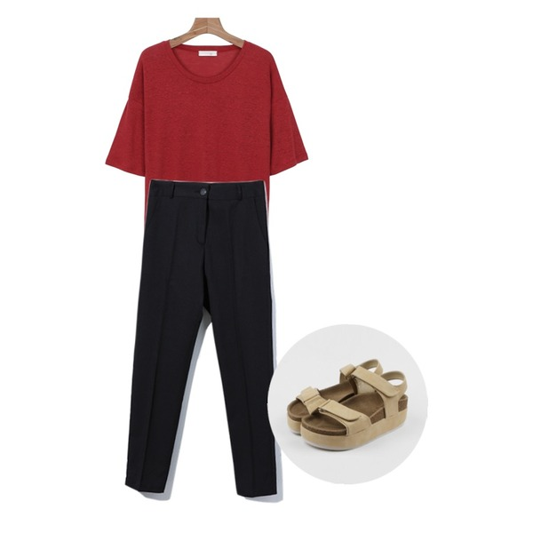 daily monday Bocaci loose fit slab tee,Reine Great Basic Slacks ,daily monday Two velcro platform sandals등을 매치한 코디