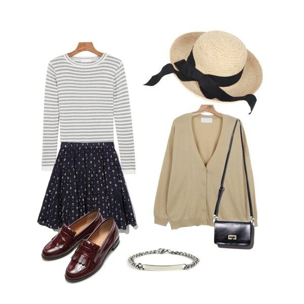 AIN black ribbon straw hat,daily monday Slit slim stripe kint,daily monday Wool loose-fit cardigan등을 매치한 코디