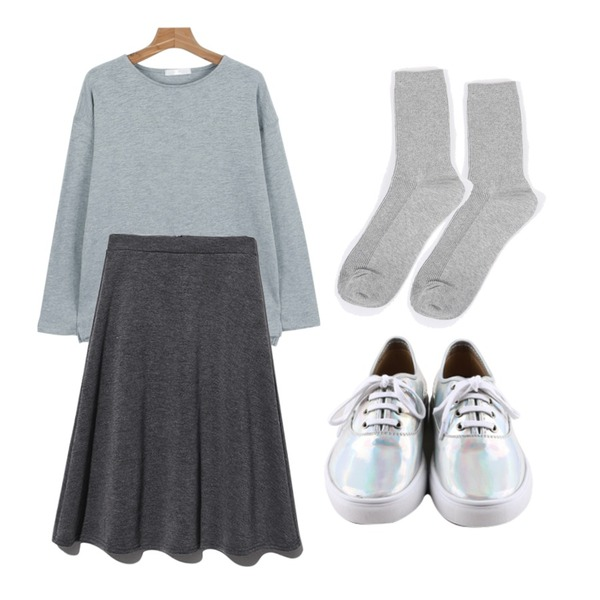 daily monday Glossy hologram sneakers,daily monday Round color base tee,AIN daily basic socks (6 colors)등을 매치한 코디