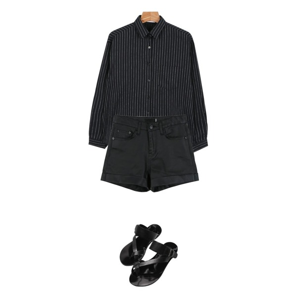 Reine Twist Mix Flip-Flop,daily monday Chic coating short pants,daily monday Swing stripe shirts등을 매치한 코디