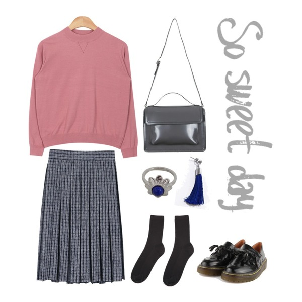 AIN daily basic socks (6 colors),AIN soft touch easy knit (6 colors),daily monday Check pleats midi skirt등을 매치한 코디