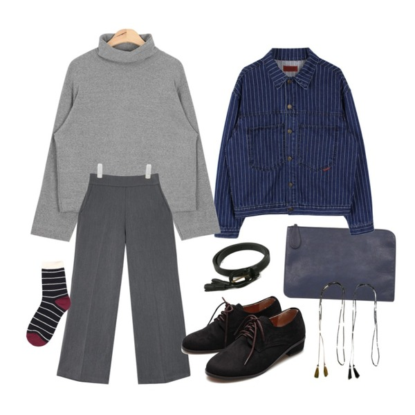 AIN modern daily various clutch (3 colors),AIN light sleeve soft turtle-neck T (3 colors),biznshoe Boxy stripe denim jacket등을 매치한 코디