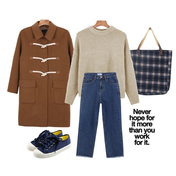 daily monday Classic duffle coat,daily monday Cozy check eco-bag,daily monday Color point crop knit등을 매치한 코디
