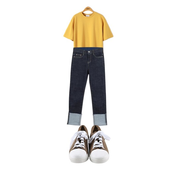 daily monday Round comfortable sneakers,Reine 글로리 베이직 반팔티 티셔츠,LOOK CHIC roll-up straight denim pants등을 매치한 코디