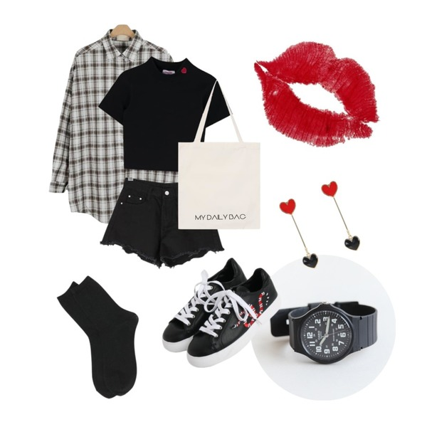 daily monday Casio point frame watch (남녀공용),LOOK CHIC chess check shirts (2 color),MIXXMIX Heart Solid High Neck Top등을 매치한 코디