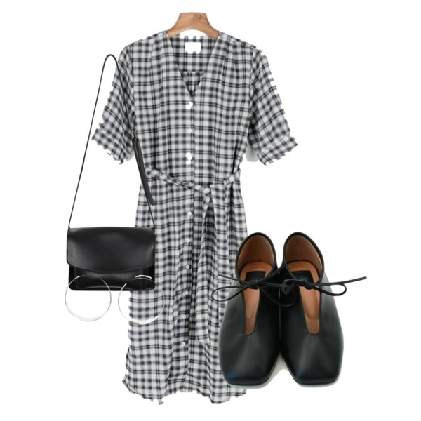From Beginning Messenger leather bag_K (size : one),daily monday Ribbon string square shoes,daily monday Check strap one-piece등을 매치한 코디
