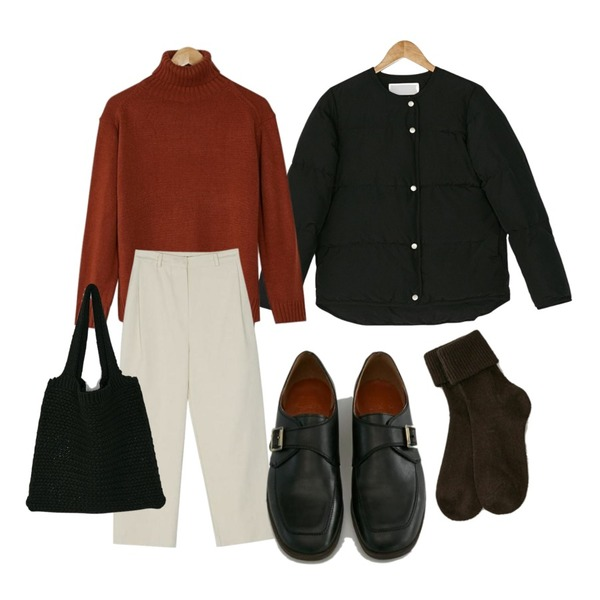 BANHARU slit detail turtleneck knit,BANHARU boy fit semi baggy pants,BANHARU real duck down padding등을 매치한 코디