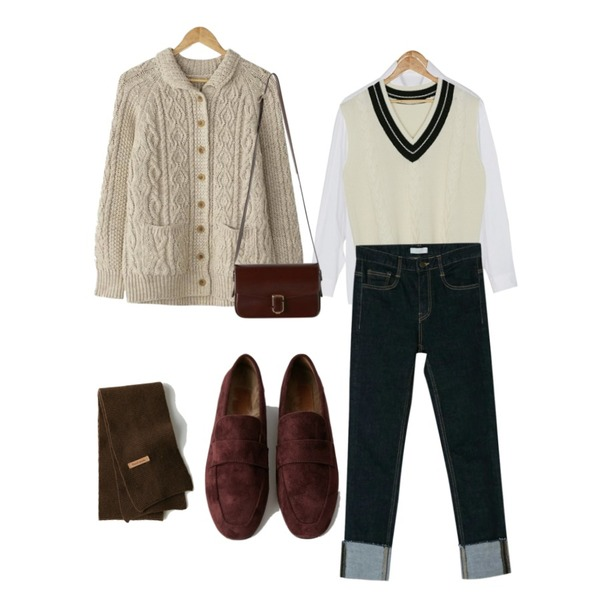 BANHARU twist collar cardigan,BANHARU big collar cotton shirts,BANHARU boxy pattern knit vest등을 매치한 코디