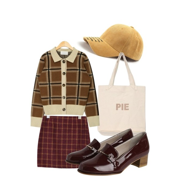 AIN rose check two-piece,AIN pie eco bag,ROCOSIX to-be lettering cap등을 매치한 코디