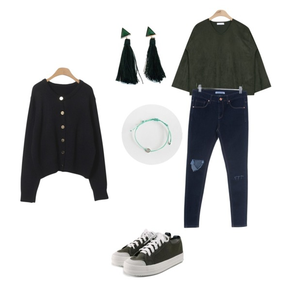 Zemma World 알모르 (skinny),AIN suede smooth V-neck bl T (3 colors),ROCOSIX daily chunky sneakers등을 매치한 코디