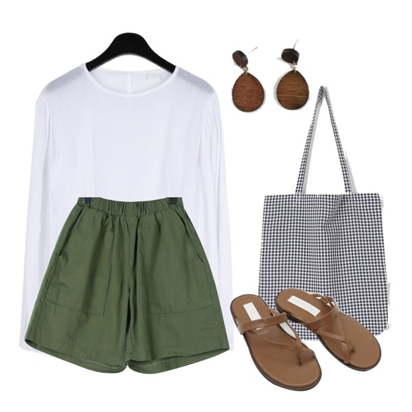 daily monday Ballon sleeve crease blouse,daily monday Cotton banding short pants,daily monday Daily check eco bag등을 매치한 코디