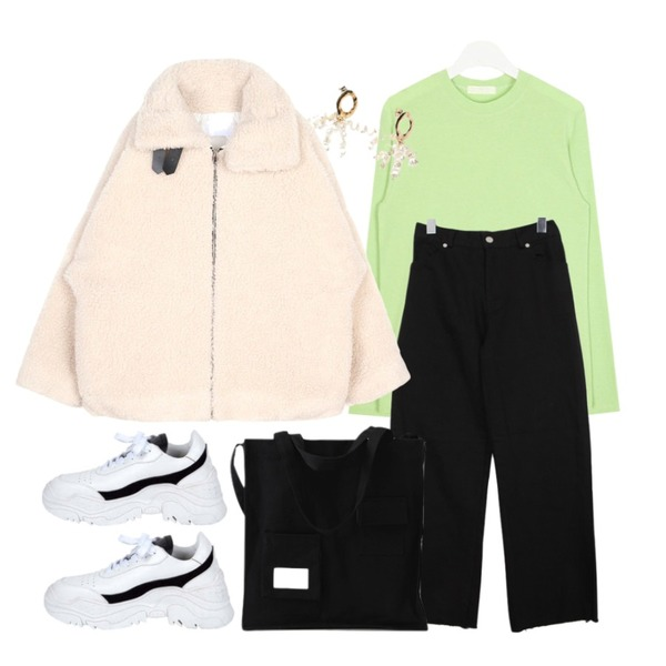AIN smiley basic T,BULLANG GIRL 라이크뒷밴딩P,LOVELY SHOES 켈든스 포켓 에코백등을 매치한 코디