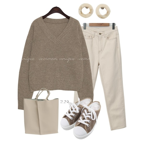 BULLANG GIRL 줄스니커즈블로퍼,From Beginning Lie semi boots-cut pants_C (size : S,M,L),common unique AVILA WOOL V NECK LOOSE FIT KNIT등을 매치한 코디