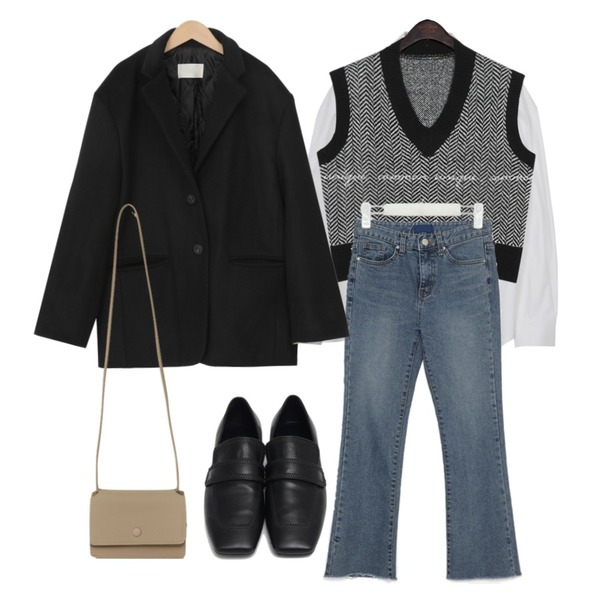 common unique HEIN HERRINGBONE V NECK KNIT VEST,From Beginning Marco stitch flat loafer_J (size : 225,230,235,240,245,250),From Beginning Day mini cross bag_U (size : one)등을 매치한 코디