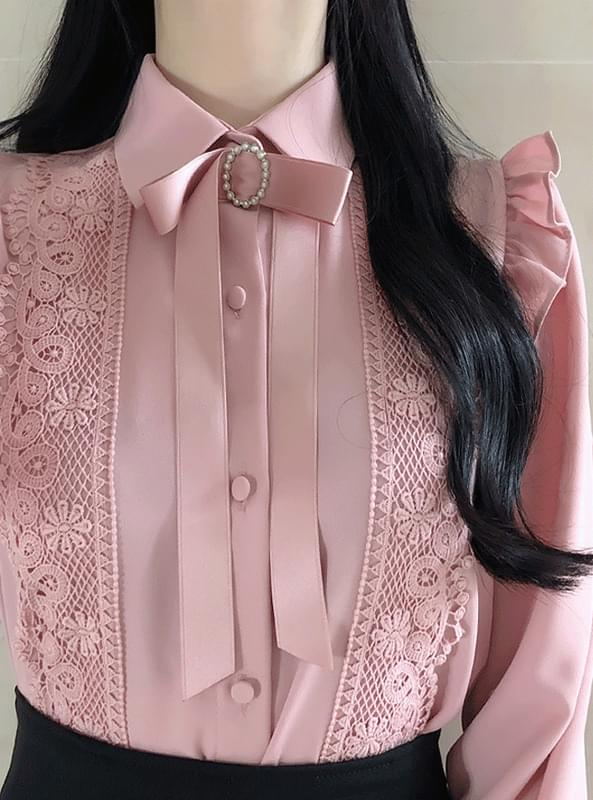 Broochset lace blouse