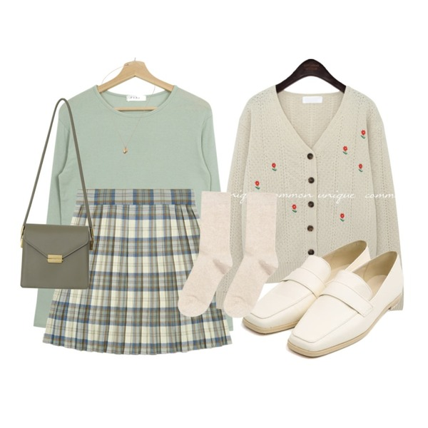 From Beginning Once string cross bag_A (size : one),MIXXMIX 베이직 골지 롱삭스,AIN selly classic line loafer (230-250)등을 매치한 코디