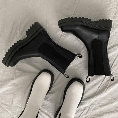 Middle neck chelsea boots