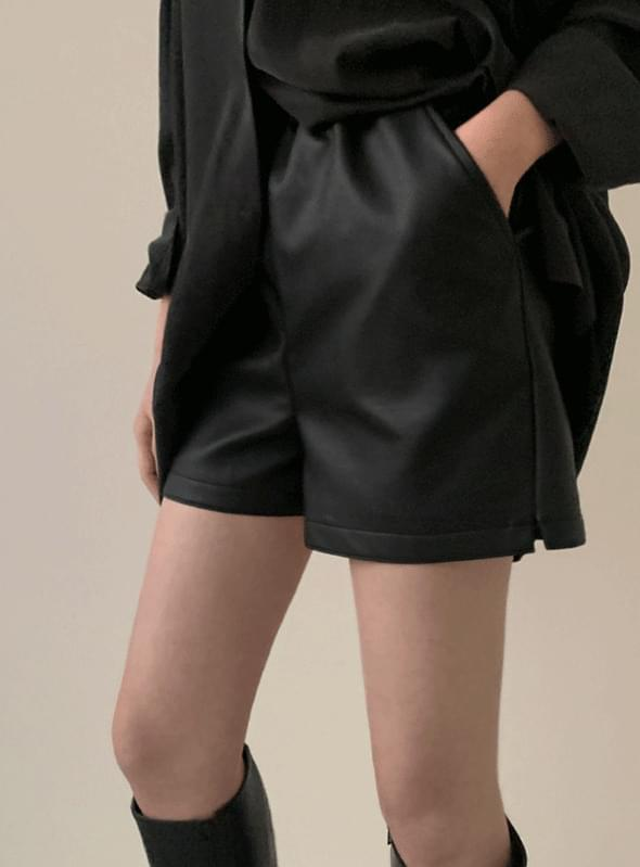 Pilton leather short pants / black