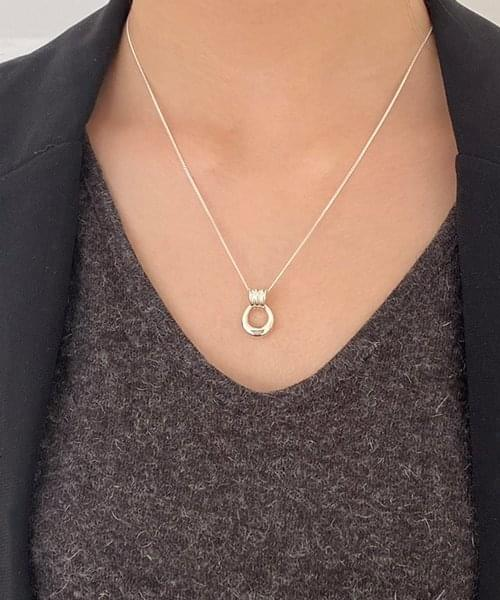 pose necklace