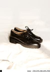 GLOSSY BLACK LOAFER