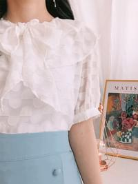 Short-sleeved blouse with boned lace