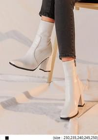 BRUNS SQUARE TOE ANKLE BOOTS