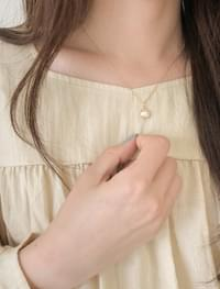 feminine pearl necklace