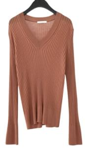 soft line fitted v-neck knit