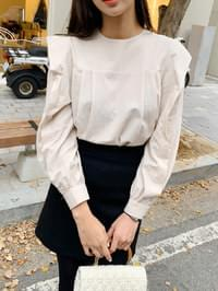 Shoulder ruffle blouse