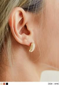 MEVE GOLD FRAME STICK EARRING
