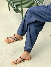 Thin strap flip flop slipper