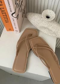 Rinkuri Strap Pleated Slippers