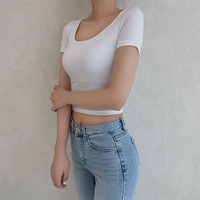A U-neck short-sleeved T-shirt that fits on my body