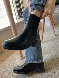 Chunky Middle Heel Chelsea Boots