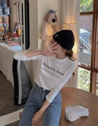 Short beanie in capital letters